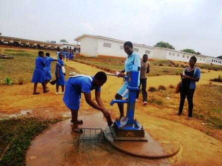 Pompe à eau du lycée moderne de Mbankomo
