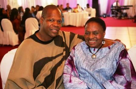 Amobé Mevegué (ici avec Myriam Makeba), toujours en tenue africaine
