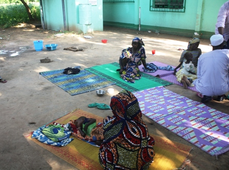 District de Santé de Moulvoudaye, enfants malnutris couchés sur des nattes