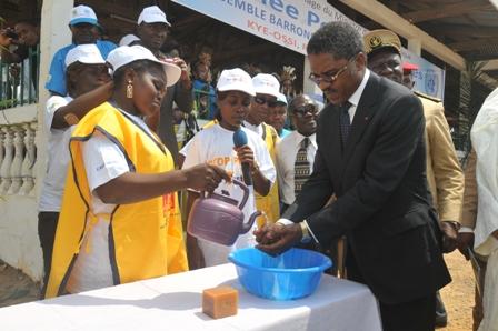 Ministre André Mama Fouda, lavage des mains