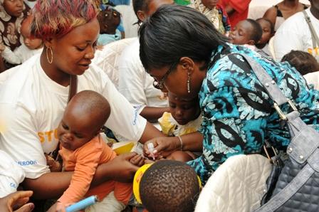 La Représentante de l'Unicef administre le vaccin contre la polio