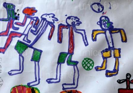 Falmata, un enfant réfugié au Tchad fuyant le conflit qui affecte Nord-Est du Nigeria, fait ce dessin dans un  Espace Ami des Enfants dans le camp des réfugiés de Dar es-Salaam dans le domaine Bagassola dans la région du lac du Tchad.