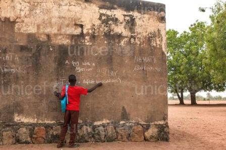 """Le mur porte des phrases telles que """"Un gars avec une mission» et «Je veux être un soldat» et les références en battant le groupe rebelle Boko Haram."""