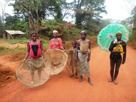 Enfants de Yokadouma et moustiquaires reconverties