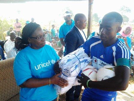 Pamba Batista,Capitaine de Fc Diallo, reçoit des équipements sportifs